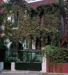 fachada de casa antigua con plantas trepadoras 1